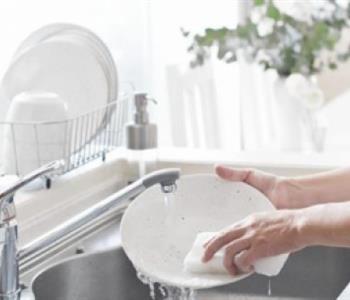 حافظي على نعومة يديك أثناء غسيل المواعين في رمضان