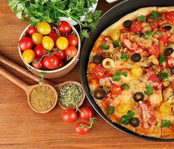 طريقة عمل عجينة البيتزا وحشوة اللحمة المفرومة للشيف منال العالم 