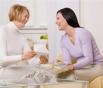 اقتراحات تنقذك من حيرة هدايا عيد الأم لماما وحماتك