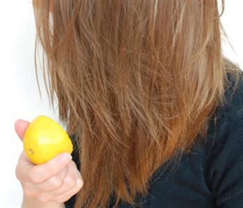 عصير الليمون الحل الأمثل للشعر الدهني