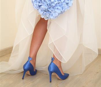 أفضل 6 أحذية زفاف زرقاء للعروس الجريئة