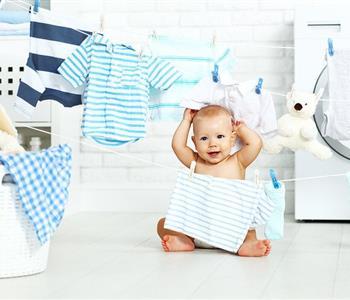 خطوات تنظيف البقع من ملابس الرضع