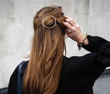 للتجديد.. اعرفي اشكال اكسسوارات الشعر اللي ممكن تستخدميها في خريف وشتا 2018