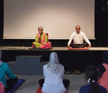 مدربة اليوجا في المركز الثقافي الهندي المصريين يحبون اليوجا ويسعون لمعرفة المزيد عنها