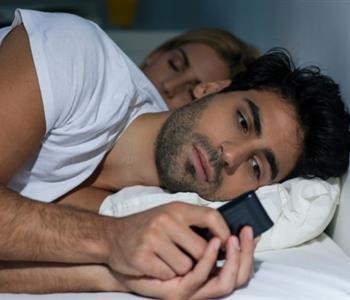 8 علامات تخبرك ما إذا كان زوجك يخونك أم لا